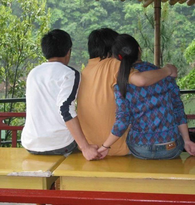誰と誰? 後ろから見ると複雑な男の子2人女の子1人の三角関係(笑)foreign_0105