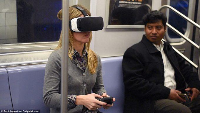 ギャグ? 地下鉄の電車内でVR体験する女性がシュールすぎます(笑)foreign_0155