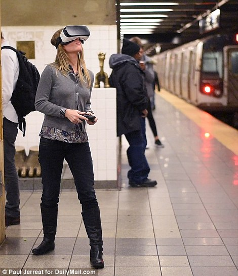 ギャグ? 地下鉄の電車内でVR体験する女性がシュールすぎます(笑)foreign_0155_01