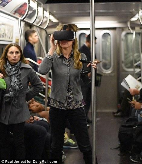 ギャグ? 地下鉄の電車内でVR体験する女性がシュールすぎます(笑)foreign_0155_02
