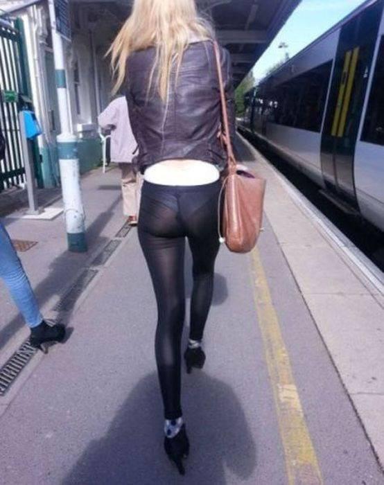 見えてる! 駅のホームで見かけたレギンスをズボン代わりに履く女性(笑)hhh_0115