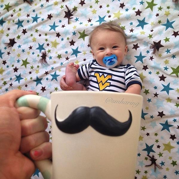 【赤ちゃんおもしろ画像】かわいい! 赤ちゃんがマグカップの中に入ってるように見えるベビーマギング(笑)