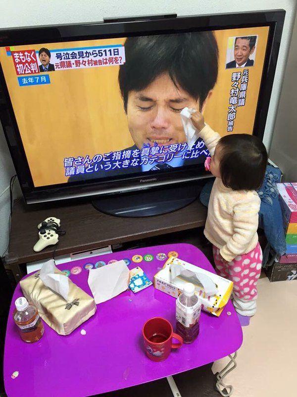 感動! 野々村元議員の号泣会見で涙を拭いてあげようとする子どもがかわいすぎ(笑)kids_0191