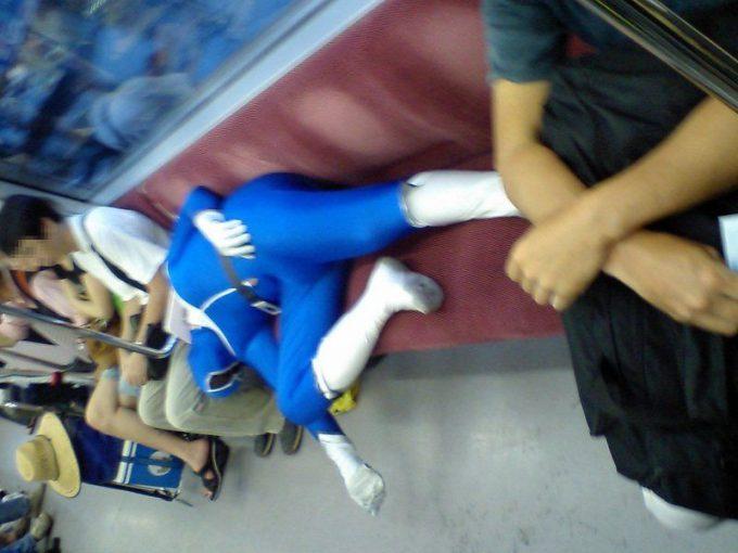 ちょっと! 電車の座席で爆睡するブルーレンジャー!