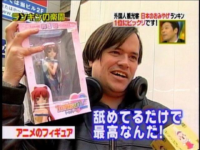 【テレビのオタクインタビューおもしろ画像】最高! 外国人観光客が購入した『ToHeart2』の向坂環フィギュアの使い方(笑)otaku_0027