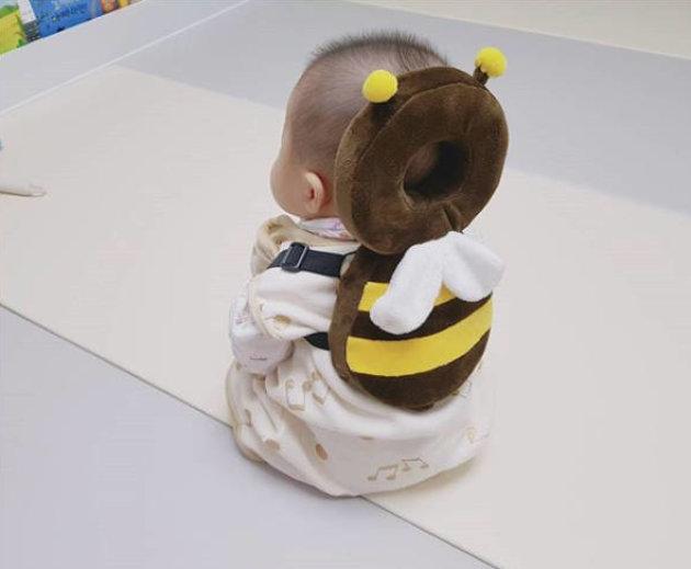 【赤ちゃんおもしろ画像】かわいい! 赤ちゃんを守る「あたまごっつん防止クッション」がかわいすぎてヤバい(笑)syame_0241baby01