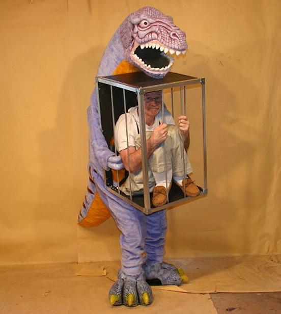 【おもしろコスプレ画像】シュール! 檻の中に閉じ込められて恐竜に運ばれているかのようなコスプレ(笑)cosplay_0022