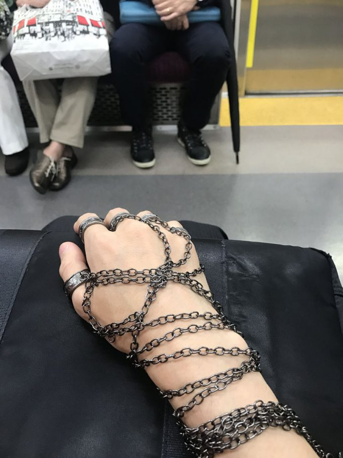 【おもしろコスプレ画像】念発動! 『HUNTER×HUNTER』クラピカの鎖をつけたら、電車の中でエンペラータイム発動(笑)cosplay_0034
