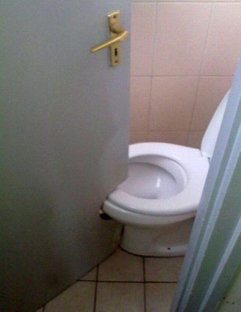 ミス! 建築の設計ミスでトイレをすり抜けるようにリフォームされたドア(笑)foreign_0112