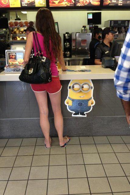 チラ! バーガーキングで注文する女性の足をチラ見するミニオンズ(笑)foreign_0123