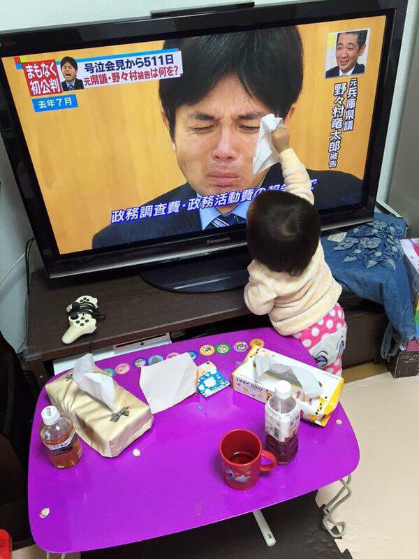 感動! 野々村元議員の号泣会見で涙を拭いてあげようとする子どもがかわいすぎ(笑)kids_0191_01