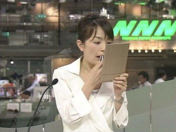 【テレビ放送事故おもしろ画像】始まってるよ! ニュース『NNN』でCM終わってる事に気付かず口紅を塗る女子アナ(笑)tvmovie_0141