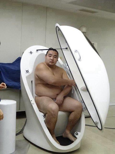 【テレビおもしろ画像】この表情! 体脂肪率測定器に入る千代丸関の表情がシュールすぎます(笑)tvmovie_0161