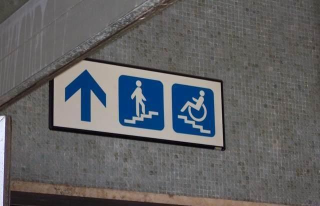 【看板おもしろ画像】上の階に行くためのおもしろい道案内板(笑)