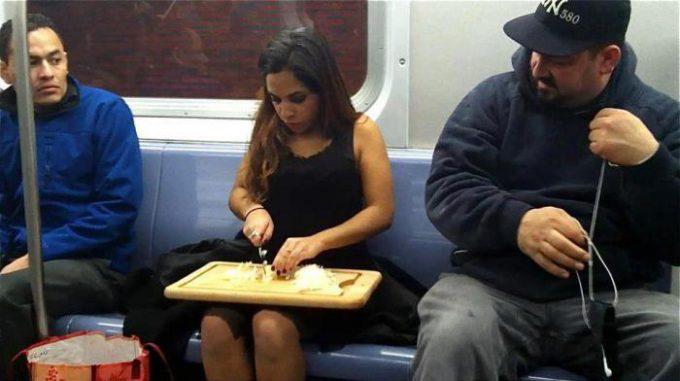 ここで? 海外の電車内でまな板と包丁で料理を始める女性(笑)foreign_0118