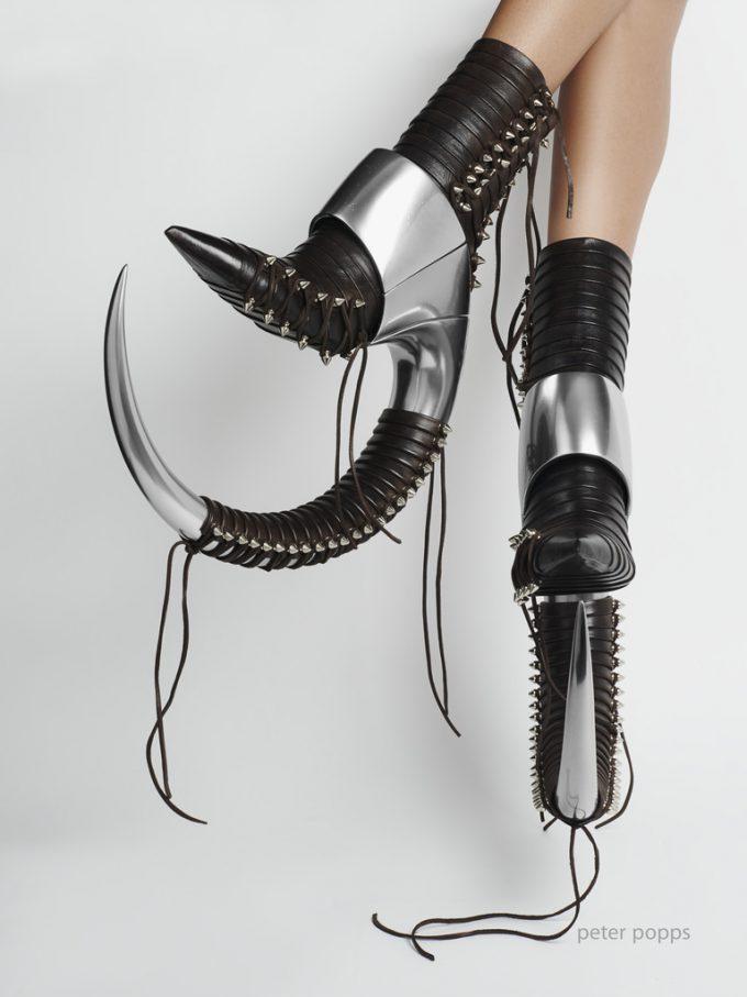 凶器! 女性でも蹴ったら人を倒せそうな護身用にぴったりな靴(笑)