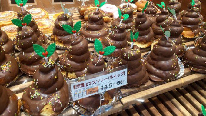 大量! スーパーで見かけた「Xマスツリー(ホイップ)」というチョコレートパンがどう見てもアレ(笑)