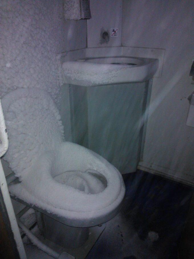 冷たすぎ! ポーランドの列車内で見かけた絶対に座れないトイレ(笑)foreign_0116