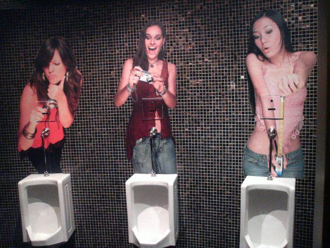 出るものも出ない! 用を足しているところを女性に見られてるようなトイレ(笑)