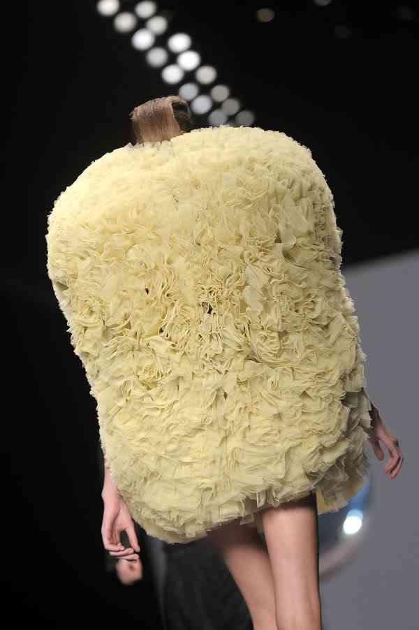 臭う? ファッションショーで見かけたトイレブラシのようなファッション(笑)