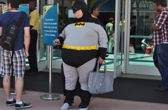 【おもしろコスプレ画像】太りすぎ! 海外で見かけたバットマンコスプレが動き鈍そう(笑)