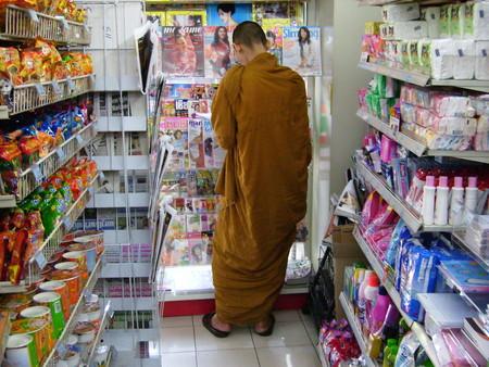 我慢できない! 欲を抑えきれず、コンビニの大人の雑誌コーナーで立ち読みする僧侶(笑)
