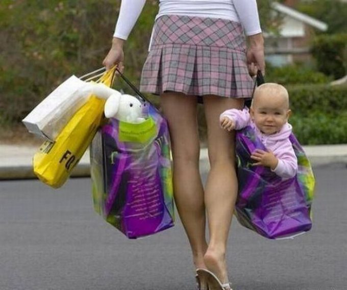荷物扱い! 赤ちゃんを買い物袋に入れて歩くお母さんがひどすぎる(笑)