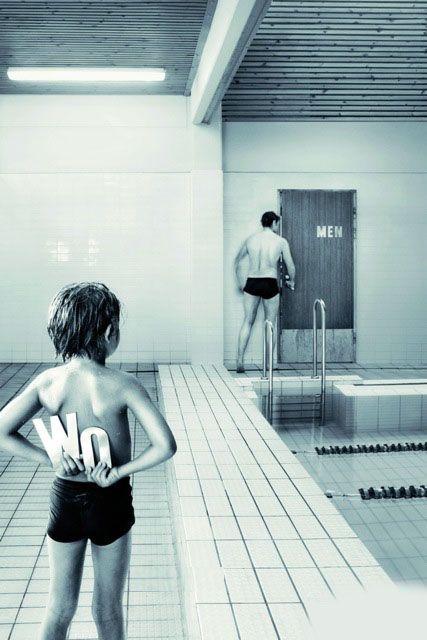 お茶目! プールの女子更衣室の入り口にイタズラをする子ども(笑)