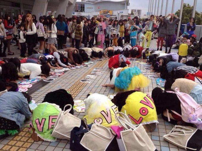 狂気! 嵐のライブ会場で嵐のメンバーがプリントされたウチワに輪を作って土下座するファンたち(笑)