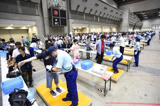 【AKB48握手会のオタクの検査おもしろ画像】厳戒態勢! AKB48握手会の様子が大統領が来日する際の空港みたい(笑)