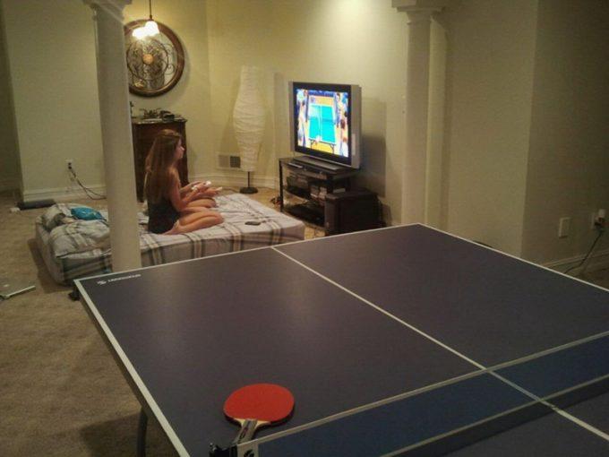 なんで? 卓球台があるにもかかわらず卓球ゲームをする女子(笑)