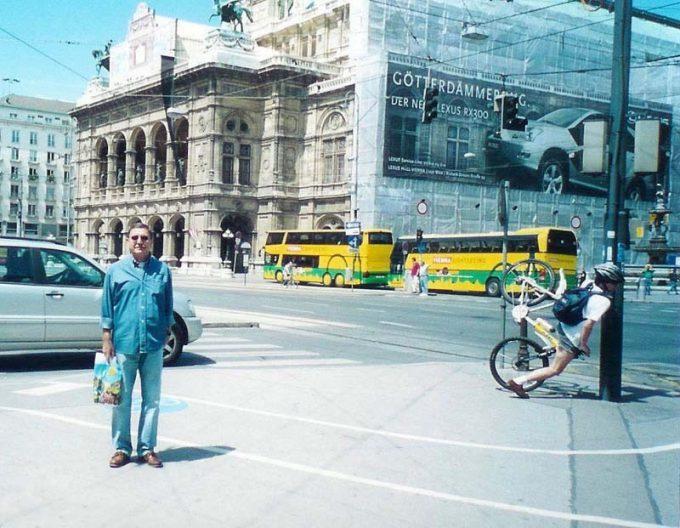 はいチーズ! ウィーン国立歌劇場をバックに記念写真を撮ったら衝撃のハプニング(笑)