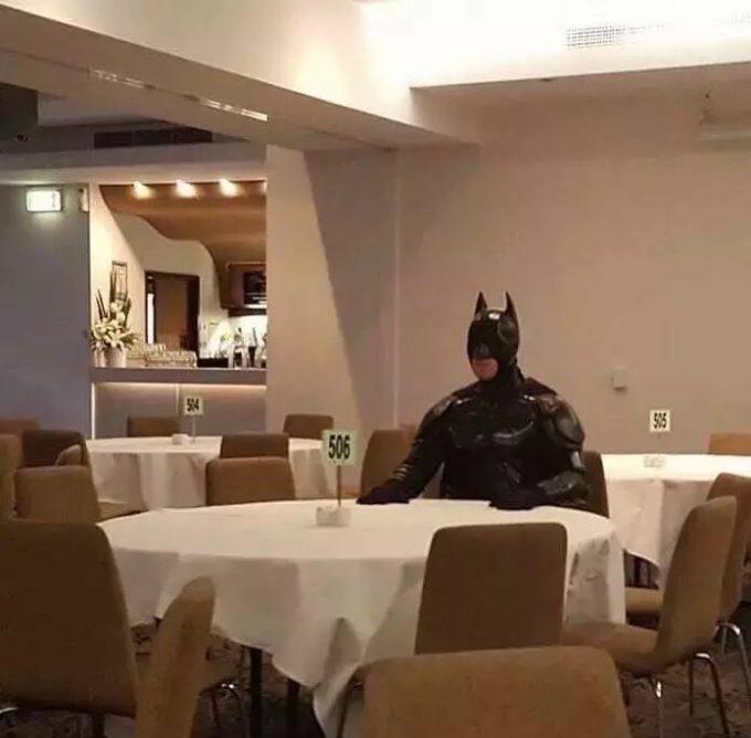 【おもしろコスプレ画像】シュール! 格式高そうな飲食店で一人でテーブルに座って待つバットマン(笑)