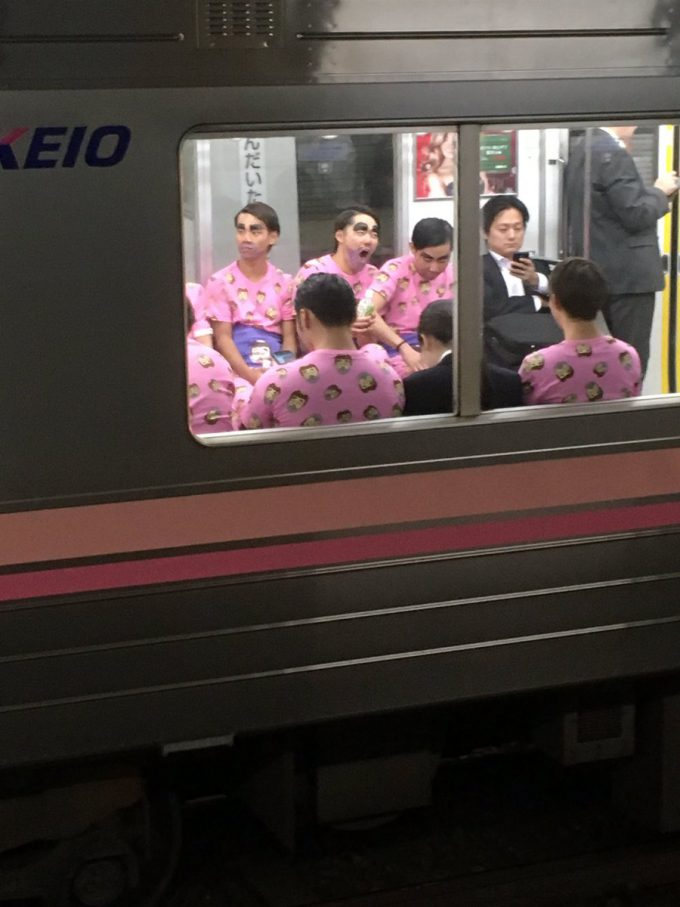 カオス! ハロウィンに京王井の頭線渋谷行きで目にした変なおじさん集団(笑)