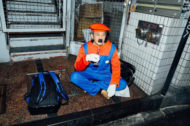 【渋谷ハロウィンおもしろ仮装画像】やさぐれ! 廃れたビルで酒を飲むマリオをハロウィン渋谷で発見(笑)