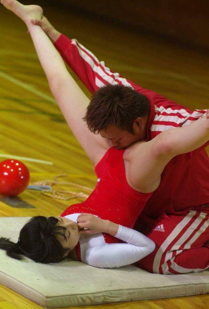 エネルギー注入! 新体操の選手とコーチが行うストレッチがヤバすぎます(笑)