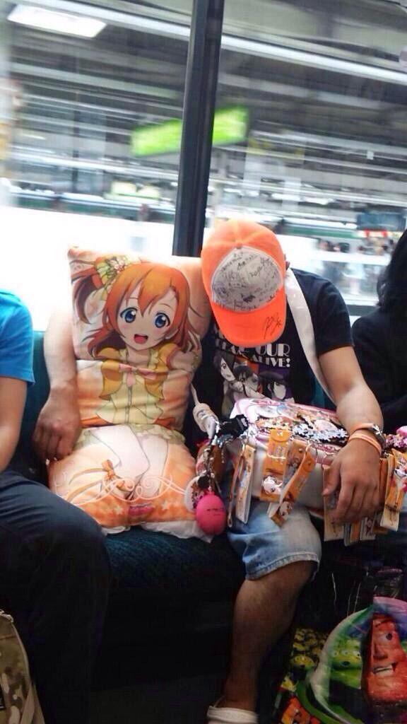 ええ! 電車内で『ラブライブ!』高坂穂乃果の抱き枕を横に置いて眠るオタク(笑)
