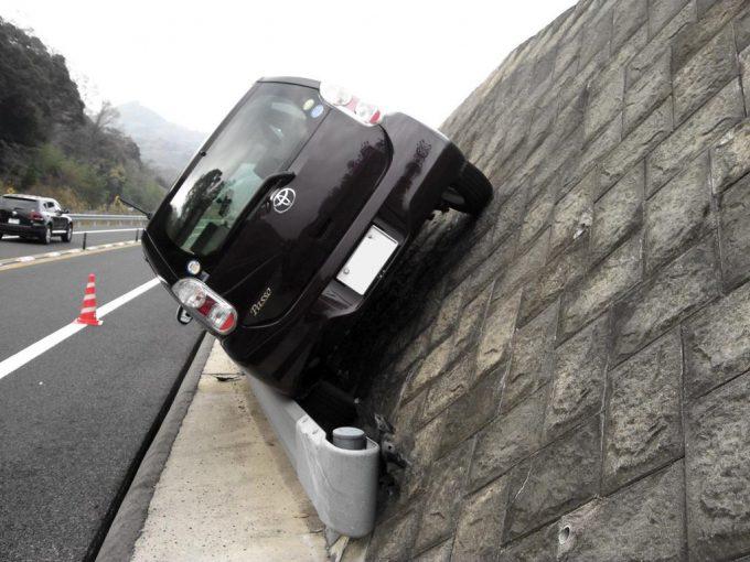 え? 道路で見かけたガードレールの上に乗ってる事故車(笑)