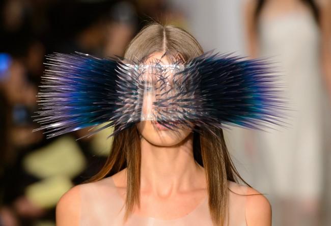 パリコレ? 針まみれの仮面を被った意味不明なファッション(笑)