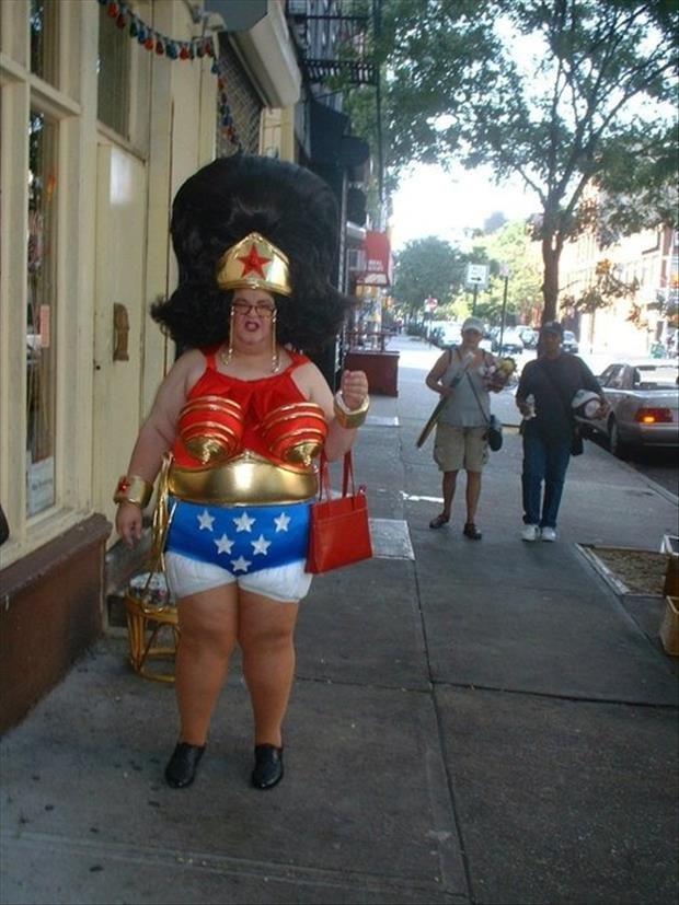 【おもしろコスプレ画像】誰? 海外の街中で見かけたアメコミ『ワンダーウーマン』のコスプレがひどすぎます(笑)