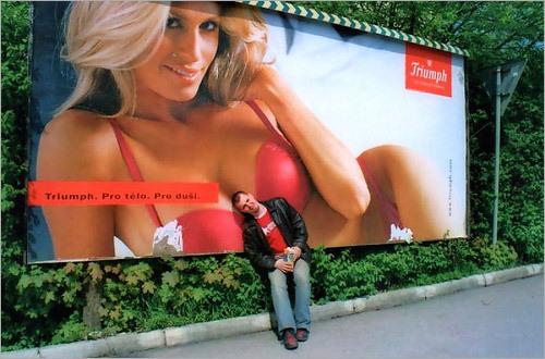 最高! 美しい女性のトリンプ看板広告に寄り掛かる男性(笑)