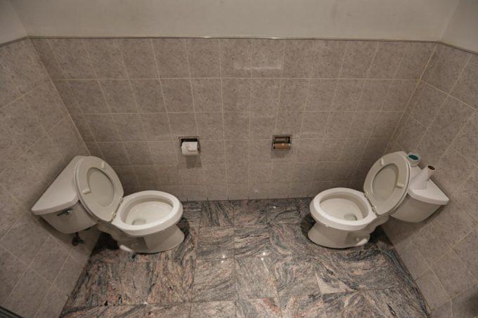 イヤだ! どんなに仲良い友だちでも一緒に使いたくないニューヨーク5番街にあるトイレ(笑)