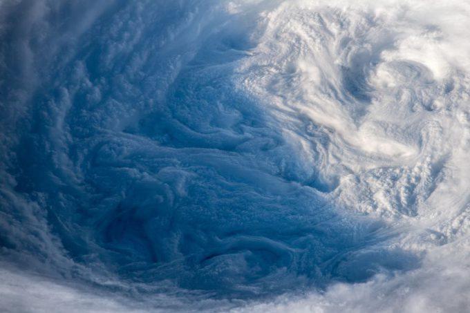 国際宇宙ステーションから見た台風24号チャーミー(Trami)