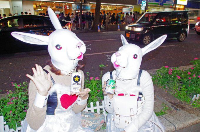 はーい! 渋ハロで見かけた不思議の国のアリスからきたかのようなウサギ仮装が怖かわいい(笑)