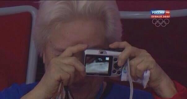 逆! オリンピックでホッケーの試合を撮影しようとしたおばあちゃん、カメラを逆に構える(笑)