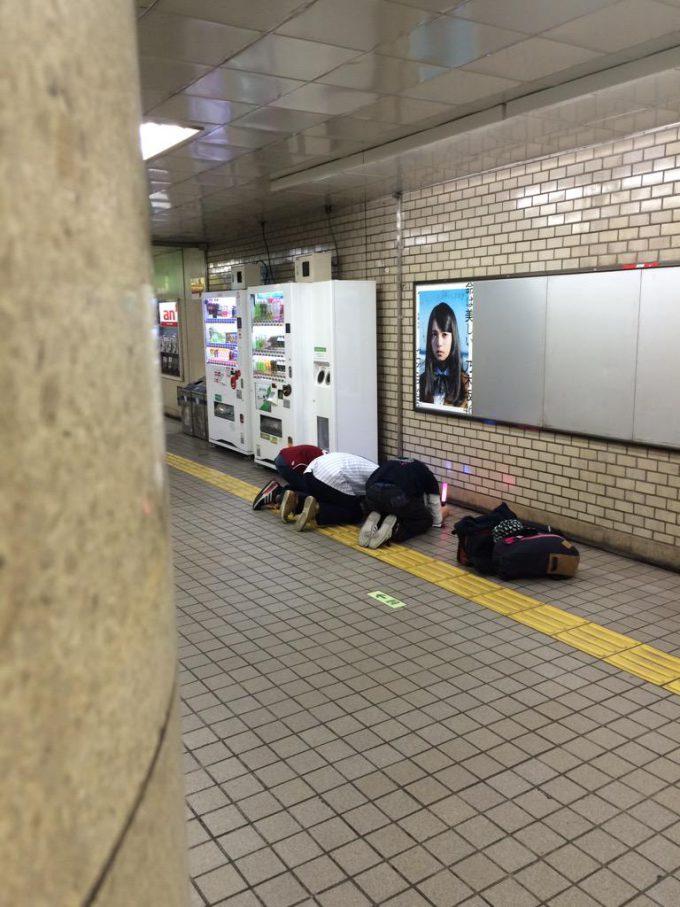 怖い! 乃木坂46『命は美しい』の齋藤飛鳥ポスターに土下座するオタクたち(笑)