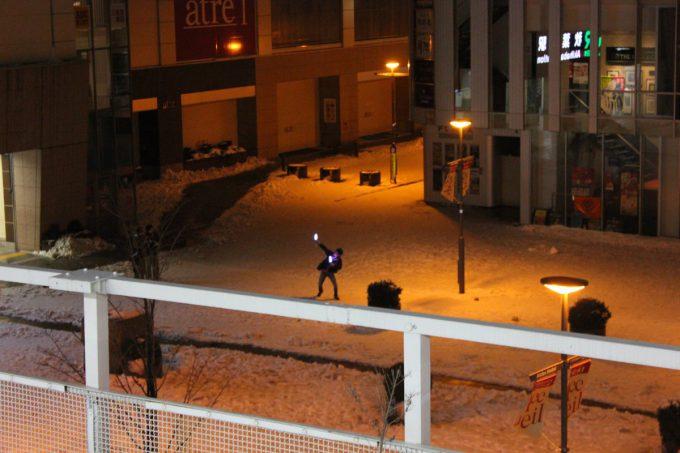 【オタクおもしろ画像】なにしてるの? 大雪の秋葉原でサイリウムを振ってるオタク(笑)