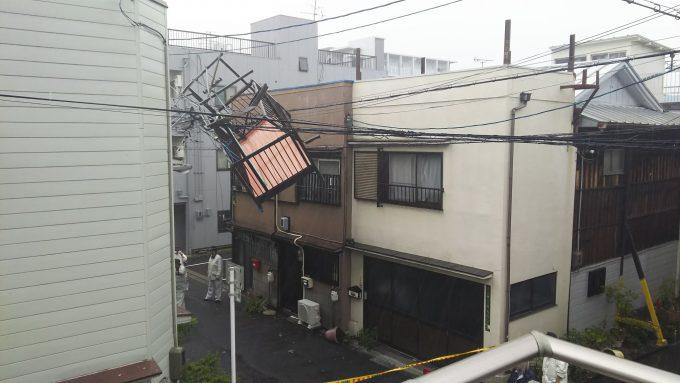 逆でしょ? 「電線にベランダが引っ掛かっている」と理解できない説明を警察にさせる台風21号の凄さ!