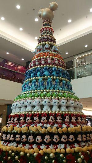 ディズニーのぬいぐるみで作られたクリスマスツリーが整然としていてすごい(笑)