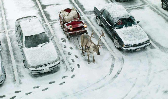ちょっと待ってて! トナカイとソリを駐車場に止めるサンタクロース(笑)